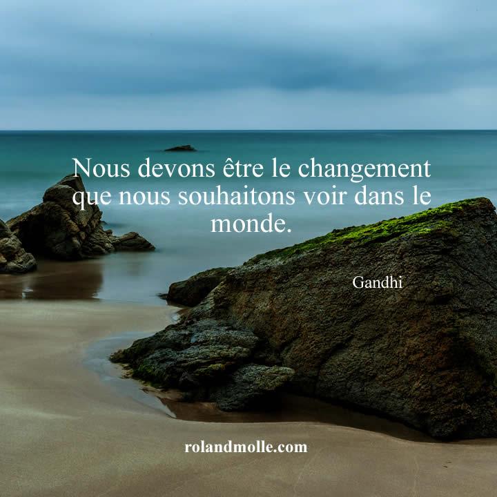 Nous devons être le changement que nous souhaitons voir dans le monde.